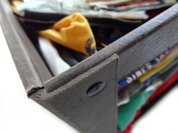 Particolare di contenitore per abbigliamento con borchie in metallo